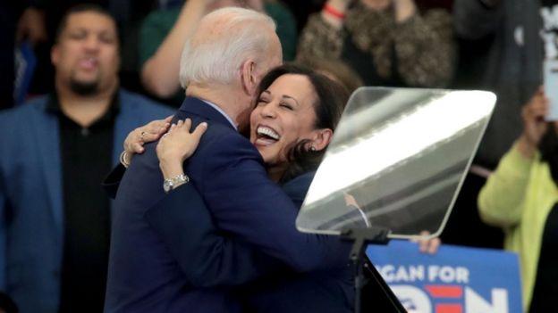 Kamala Harris e Joe Biden em um evento de campanha de Biden