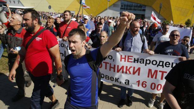 Manifestantes em frente à fábrica de tratores em Minsk, 17 de agosto