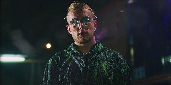 Jake Paul fazendo chover na captura de tela do videoclipe