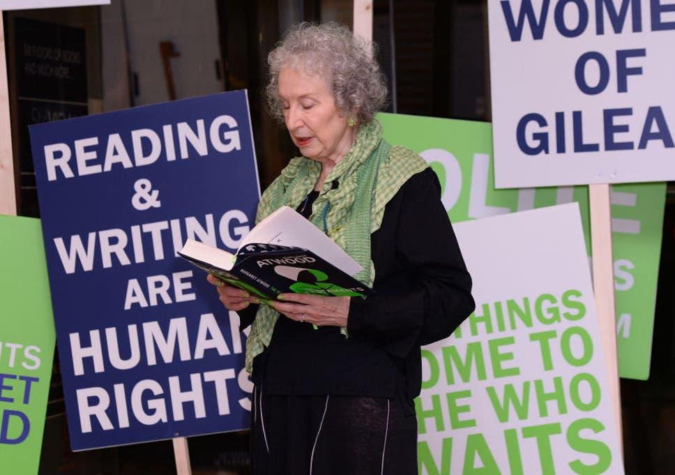 Uma fada madrinha feminista de fato para nossos tempos de vigília: Margaret Atwood em uma leitura de 'Os Testamentos' em Londres