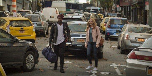 Jovan Adepo e Heather Graham caminham pelas ruas de Nova York no estande