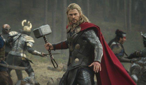 Chris Hemsworth como Thor em Dark World, cena de batalha