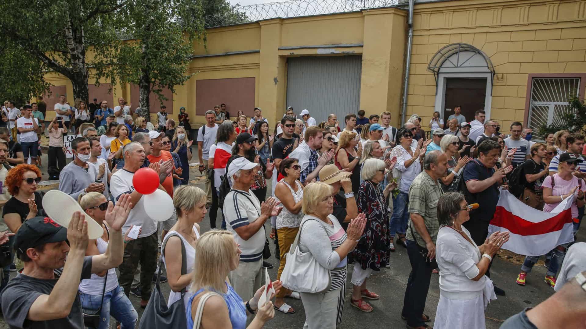 Bielorrússia: Centenas manifestam-se diante de prisão em Minsk