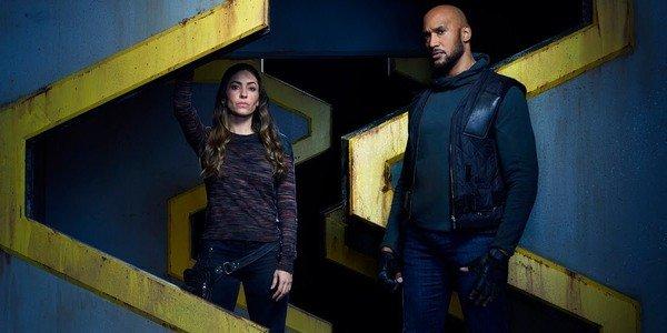 """Natalia Cordova-Buckley como Elena """"Yo-Yo"""" Rodriguez e Henry Simmons como Alphonso """"Mack"""" Mackenzie para Agentes da SHIELD"""