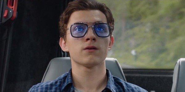 Tom Holland usando os óculos especiais de Tony Stark em Homem-Aranha: Longe de Casa