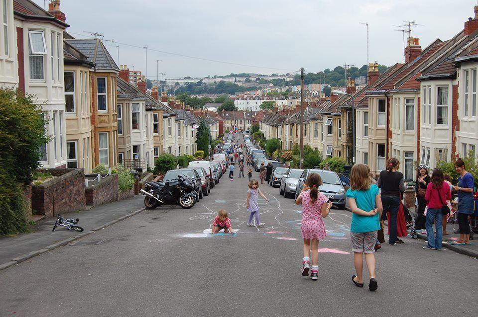 Projeto na Inglaterra fecha ruas para que crianças possam brincar em 2020 | Crianças, Inglaterra, Catraquinha
