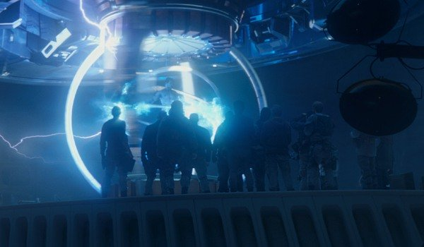 Exterminador: Genisys Kyle Reese sendo enviada de volta por meio de equipamentos de deslocamento no tempo