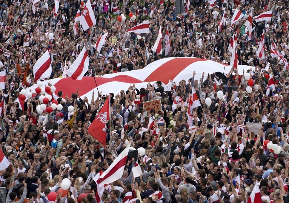 Estima-se que 200.000 manifestantes marcharam por Minsk no domingo, possivelmente a maior manifestação já vista na Bielo-Rússia