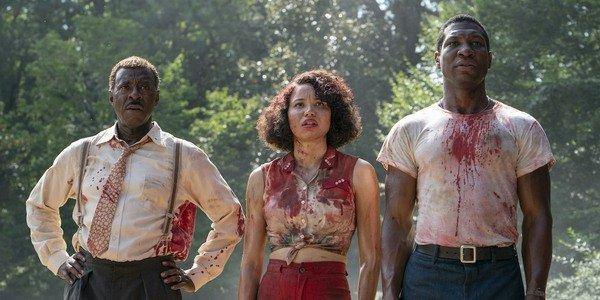 série lovecraft country estreia tic leti e george coberto de sangue