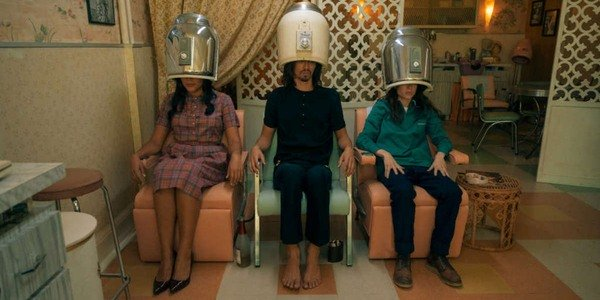 Ellen Page, Robert Sheehan e Emmy Raver-Lampman na Umbrella Academy