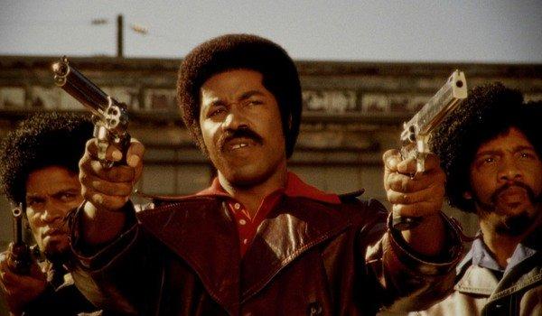 Black Dynamite mira duas pistolas