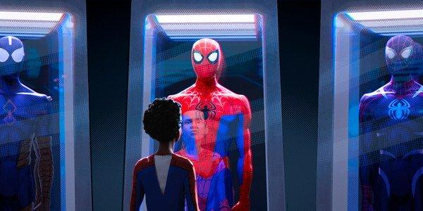 Miles Morales verificando os trajes do Homem-Aranha em Into The Spider-Verse