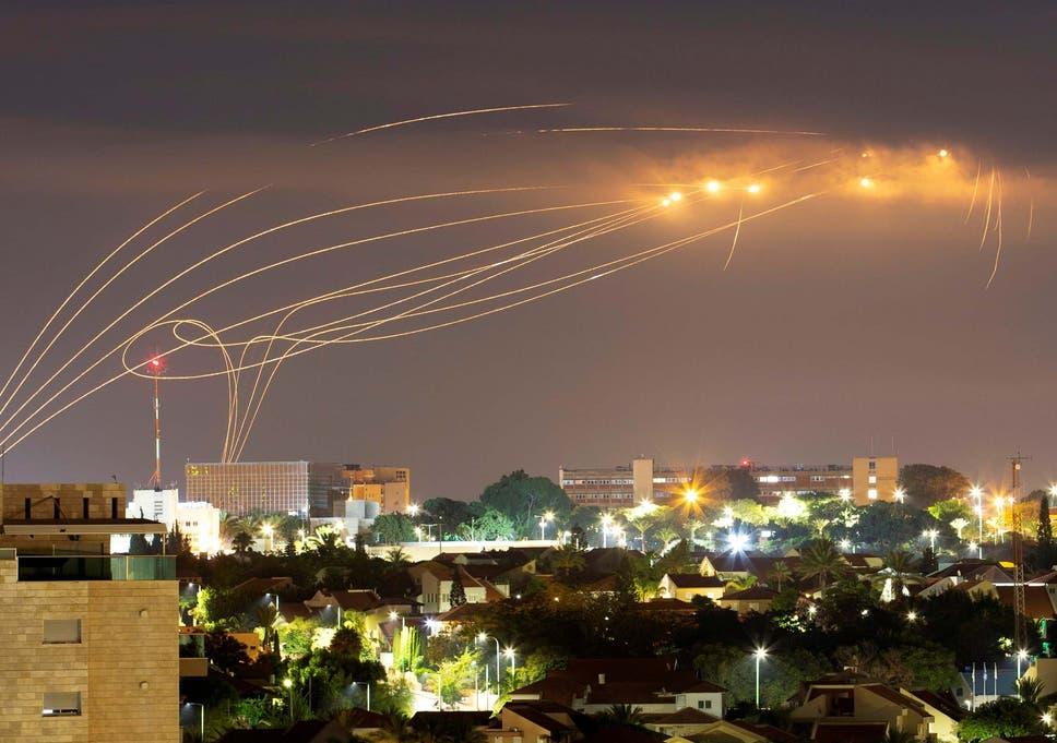O sistema anti-míssil Iron Dome dispara mísseis de interceptação enquanto foguetes são lançados de Gaza em direção a Israel, visto da cidade de Ashkelon, Israel