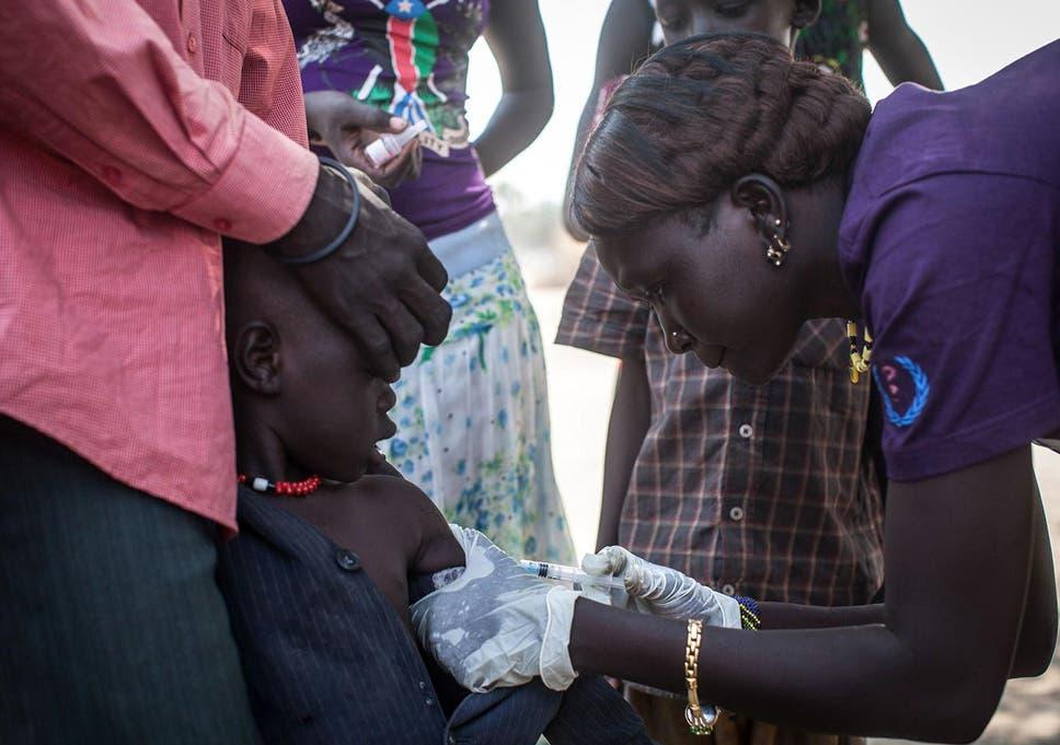 Um membro da Médicos Sem Fronteiras (MSF) administra vacinas contra a pólio para crianças em Minkammen, sul do Sudão