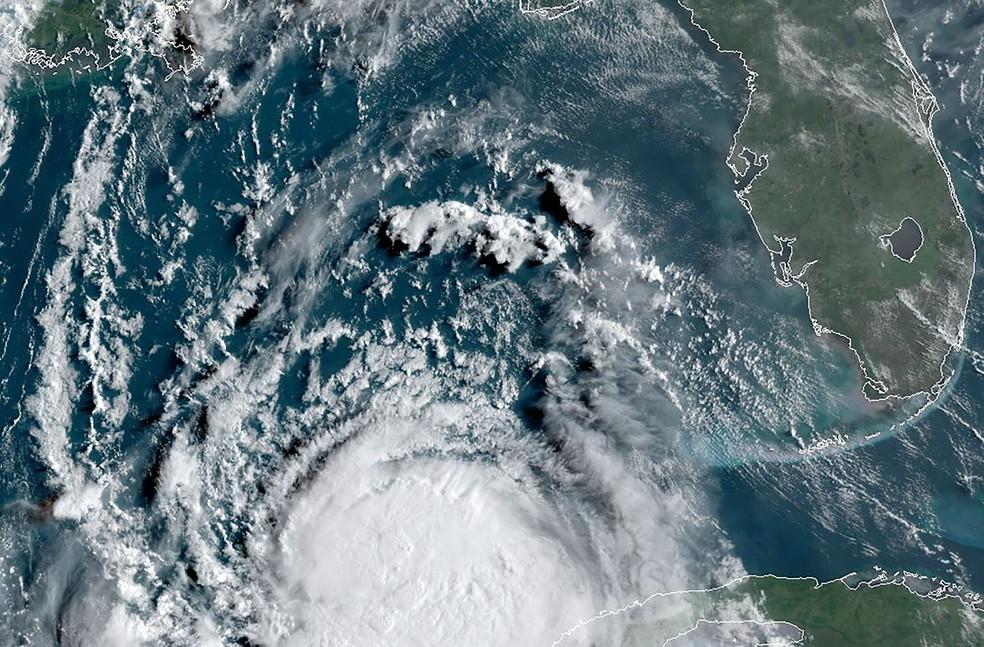 Tempestade Laura se transforma em furacão no Golfo do México e ...