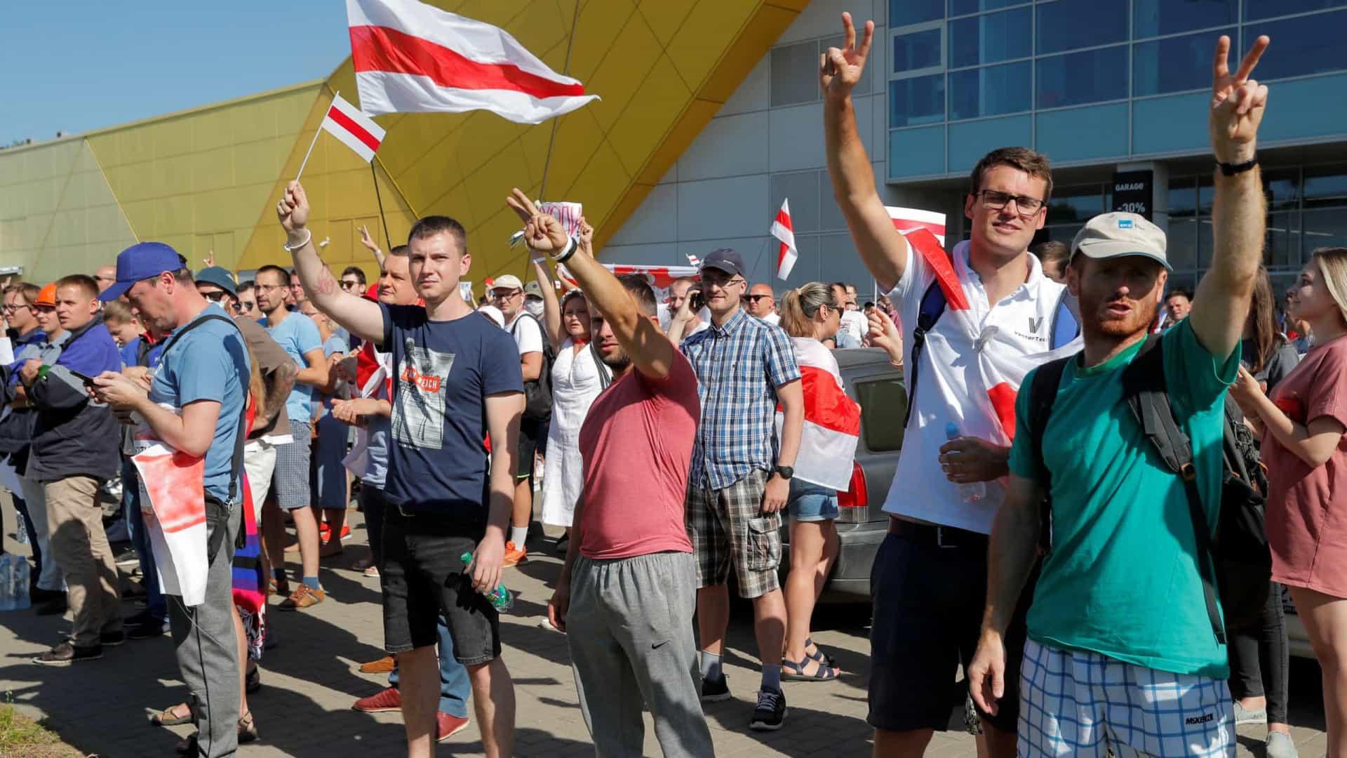 Bielorrússia: Centenas em manifestações frente a fábricas e TV pública