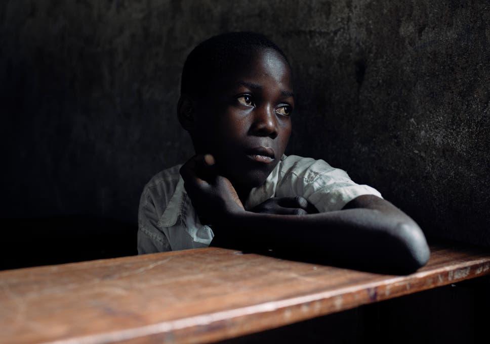Jonas, 12, só começou a estudar aos 10 anos (três anos após a idade de matrícula na Tanzânia) devido às restrições financeiras de sua família