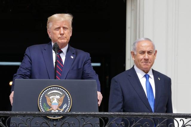 O presidente dos EUA, Trump, e o primeiro-ministro israelense Netanyahu chegam em frente à Casa Branca para uma cerimônia de assinatura