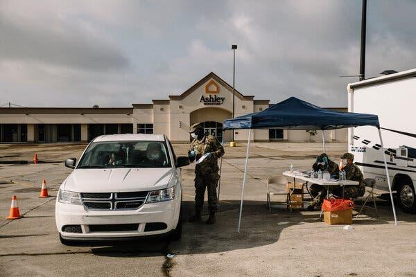O Exército supervisionou um local de teste drive-through de coronavírus em Opelousas, Louisiana, em julho.