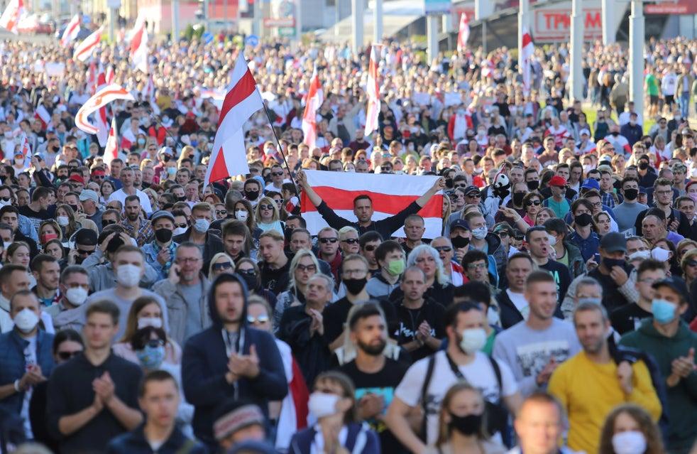 Apoiadores da oposição bielorrussa protestam contra os resultados das eleições presidenciais em Minsk