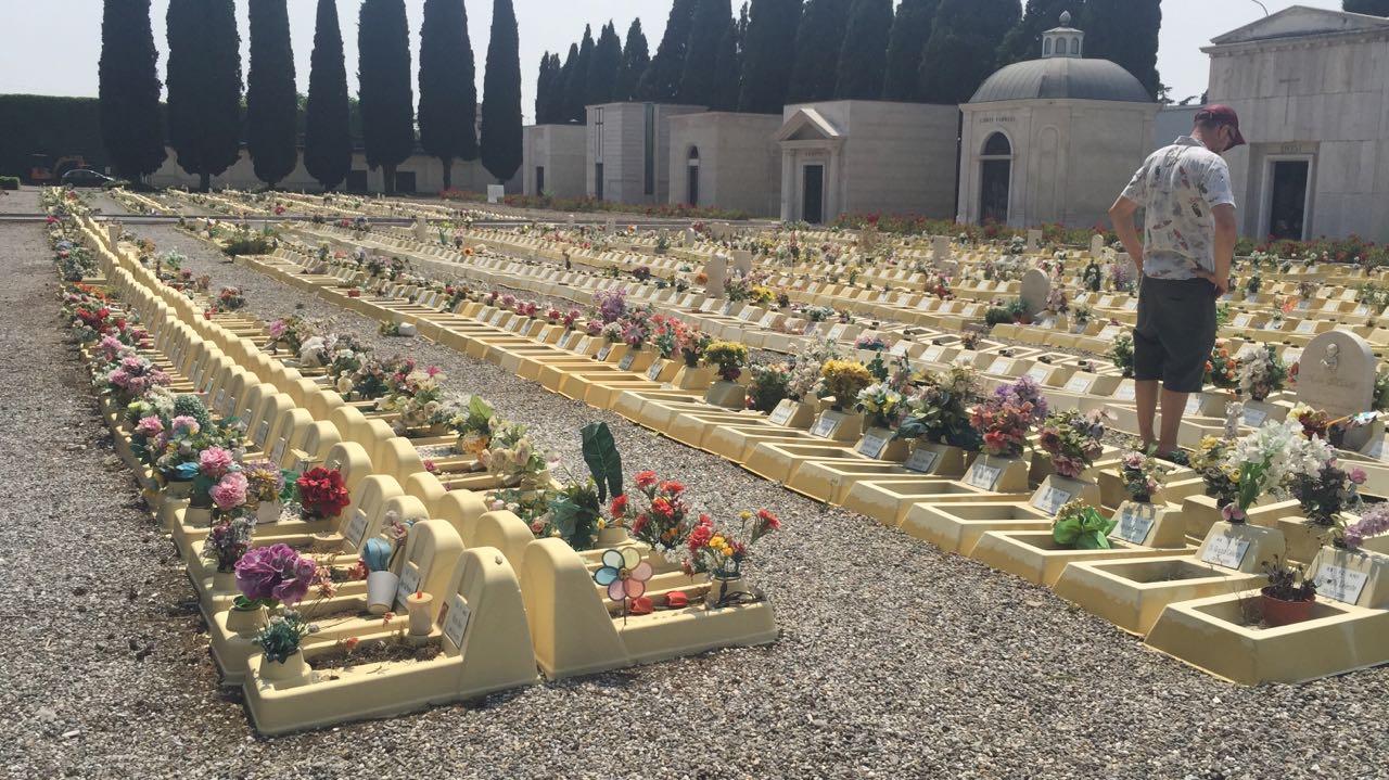 Uma área de cemitério para fetos em Brescia, Itália