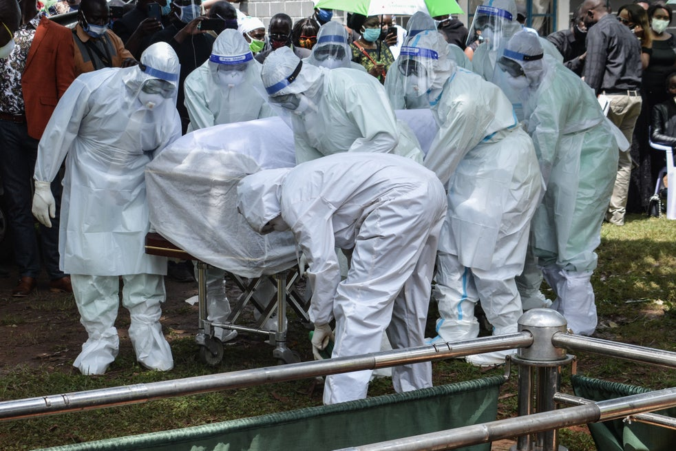 Médicos carregam o caixão do Dr. Lugaliki - o primeiro médico no Quênia a morrer de Covid-19 - em julho