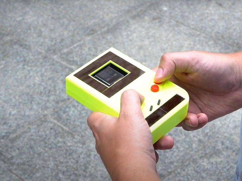 O Game Boy modificado coleta energia do sol - e do usuário