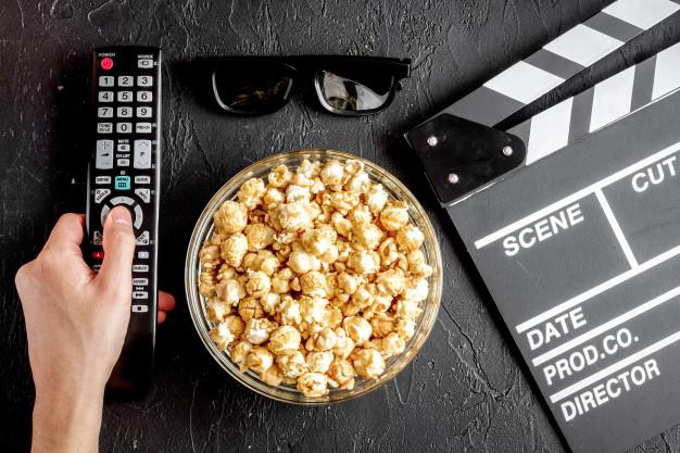 Conceito de assistir filmes com pipoca | Foto Premium