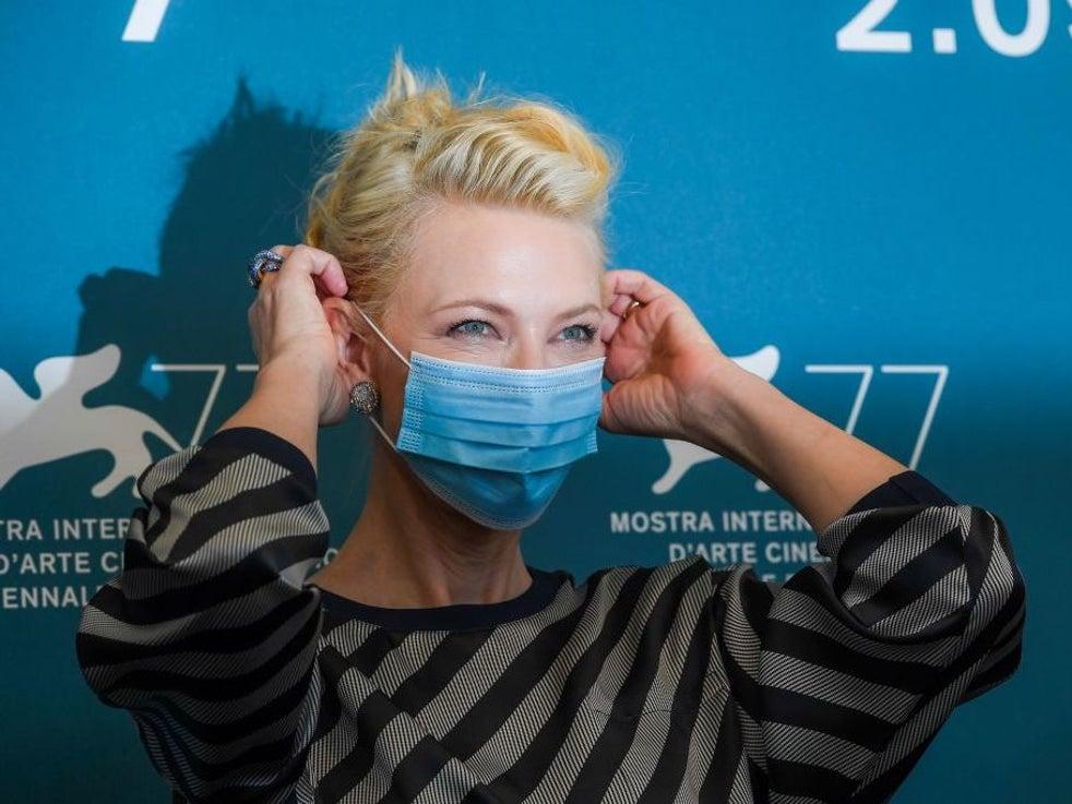Cate Blanchett mascarado comparece ao photocall de abertura do Festival de Cinema de Veneza deste ano