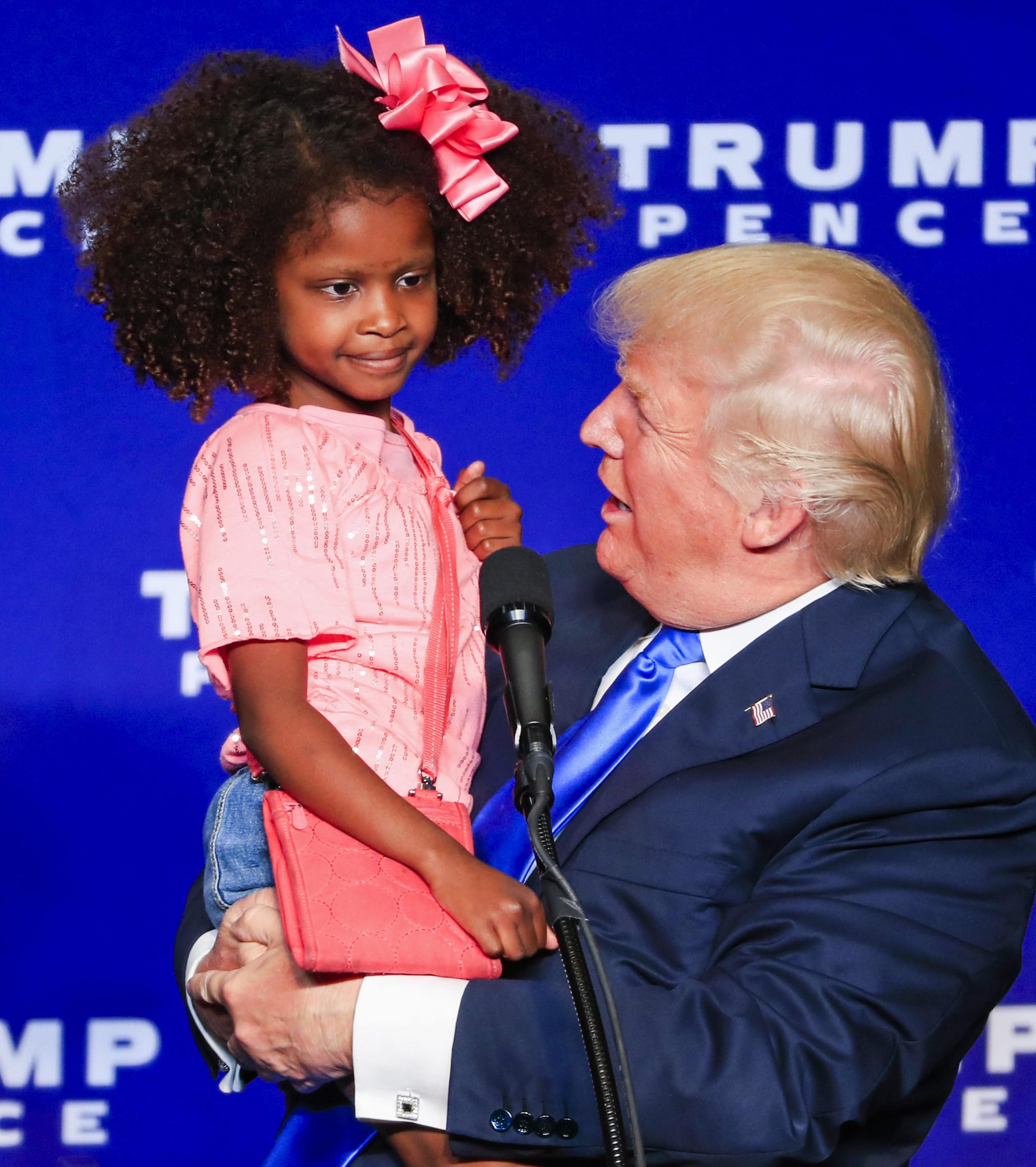 Expresso | Trump tenta limpar a sua imagem, mas beijo a menina negra gera  controvérsia