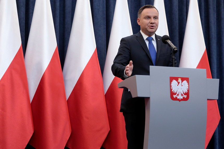 Expresso   Presidente da Polónia ratifica lei controversa sobre o Holocausto