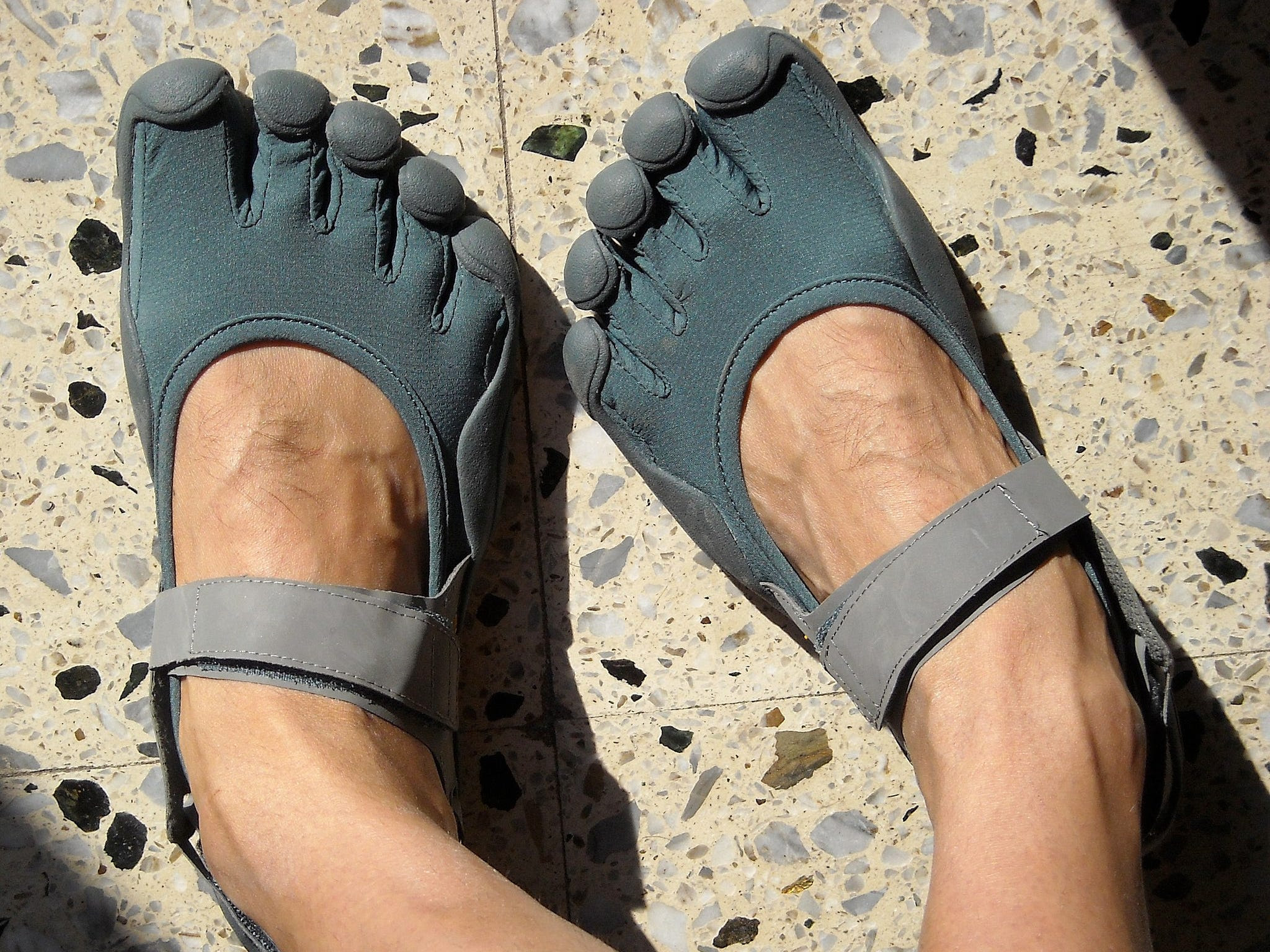Um par de sapatos minimalistas Vibram Five Finger. (Wikimedia Commons)
