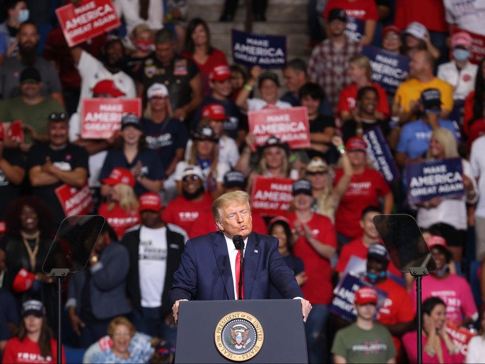 Multidões no comício de Oklahoma em junho estavam claramente rompendo as medidas de distanciamento social, conforme instruído pelo governo Trump