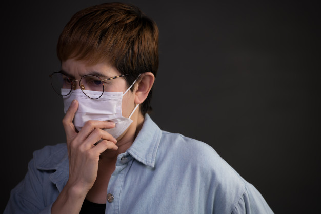 Pessoa, usando máscaras cirúrgicas, olhando preocupado, preocupado com a situação de um surto de pandemia, coronavírus, covid-19 | Foto Premium