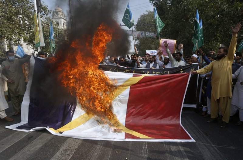 Enquanto a raiva aumenta, muçulmanos protestam contra desenhos franceses