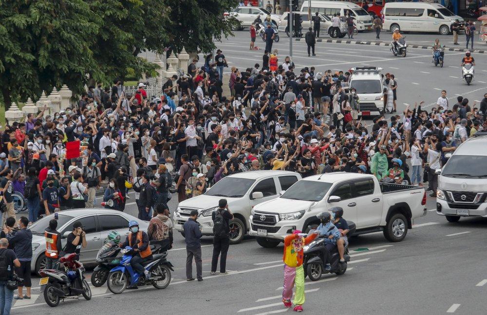 Manifestantes tailandeses marcham em demonstração de força contra o governo