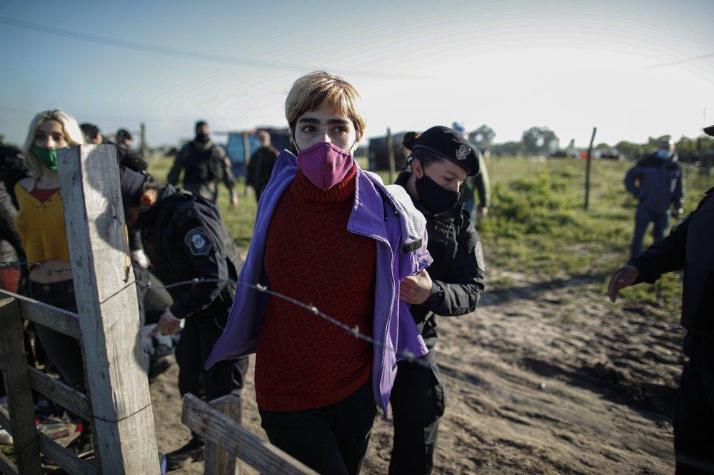 Polícia argentina despeja manifestantes que ocupam terras latifundiárias