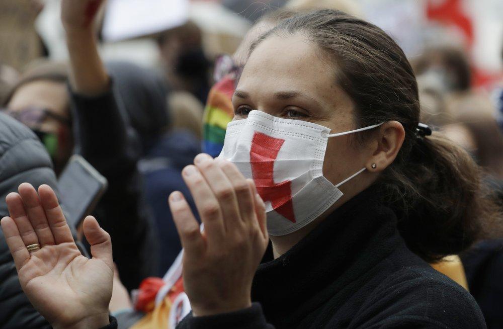 Policia polonesa pede o fim dos protestos em massa enquanto a pandemia se intensifica