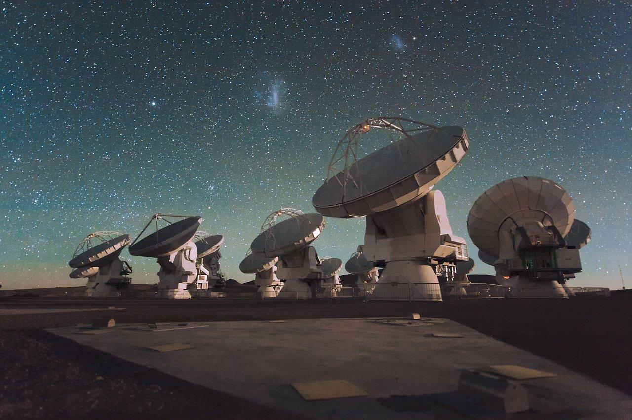O Atacama Large Millimeter/submillimeter Array (ALMA) à noite, sob as  Nuvens de Magalhães | ESO Brasil