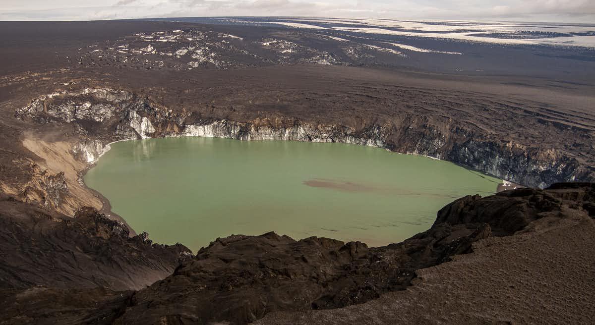 O buraco com cerca de 1,5 km de largura derreteu no gelo na erupção de 2011. (Dave McGarvie)