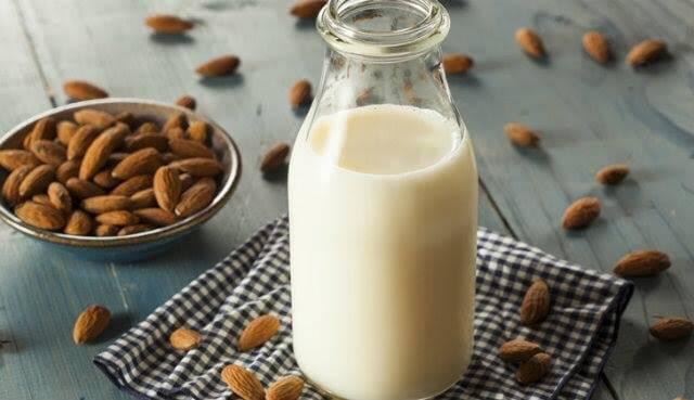 Gravidez: os 5 benefícios do leite de amêndoas - Sou Mamãe