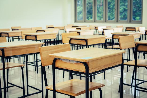 Foto Premium   Sala de aula ou escola sala de aula vazia com mesas cadeira de madeira de ferro para estudar aulas no ensino médio