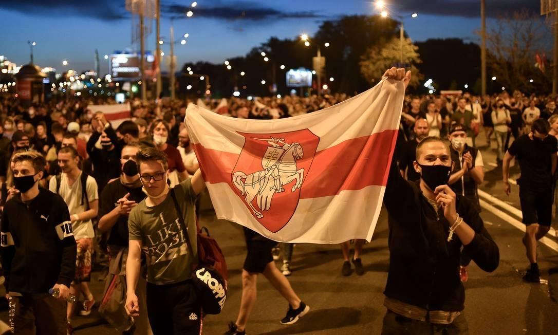 Bandeiras históricas da Bielorrússia dividem governo e oposição nas ruas - Jornal O Globo