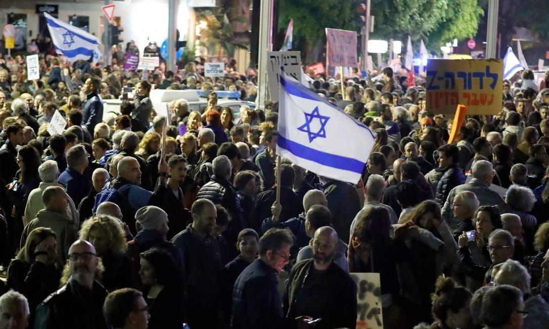Dezenas de milhares vão às ruas de Israel protestar contra Netanyahu - Jornal O Globo