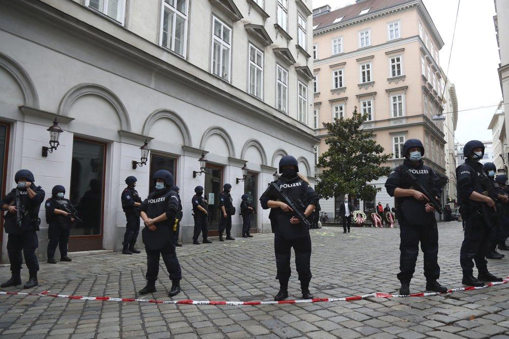Homem armado que matou quatro pessoas em um ataque de Viena tentou se juntar ao Estado Islâmico