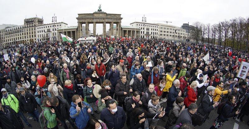 Polícia de Berlim dispersa protestos contra regras de vírus