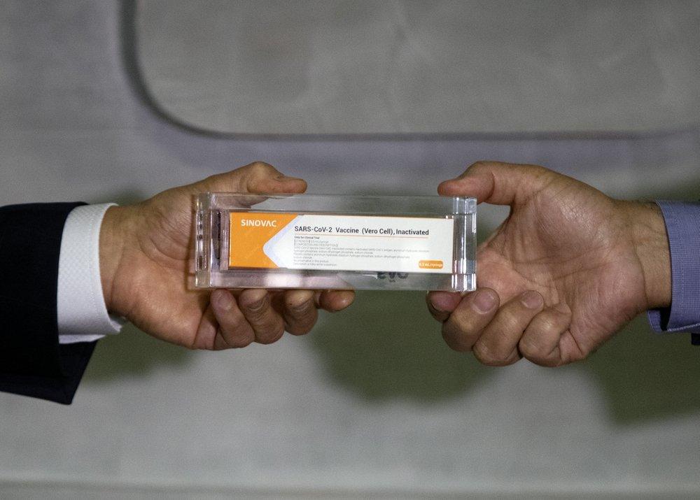 Apoiadores interrompem testes brasileiros de vacina chinesa