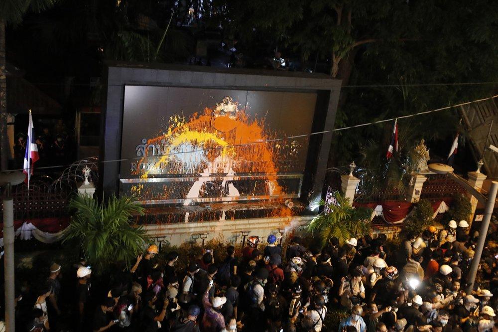 Milhares de pessoas protestam contra manifestação marcada pela violência no Parlamento tailandês