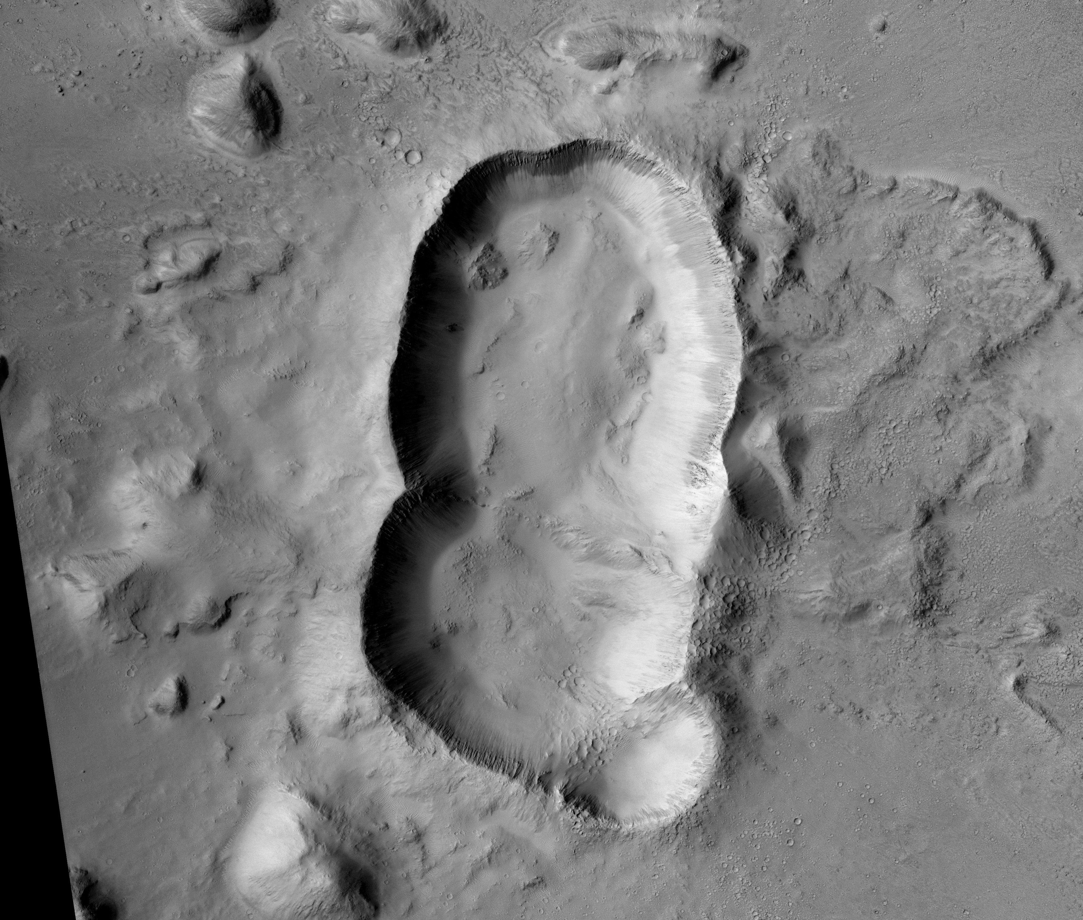Imagens incríveis revelam uma cratera tripla formada misteriosamente em Marte