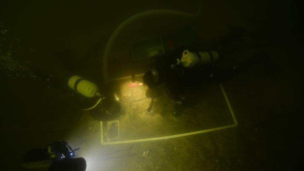 Encontraram no fundo de um lago da Lituânia um corpo de soldado medieval com suas armas